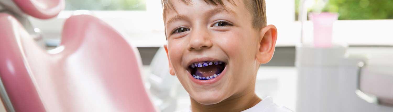 Kind mit angefärbten Zähnen