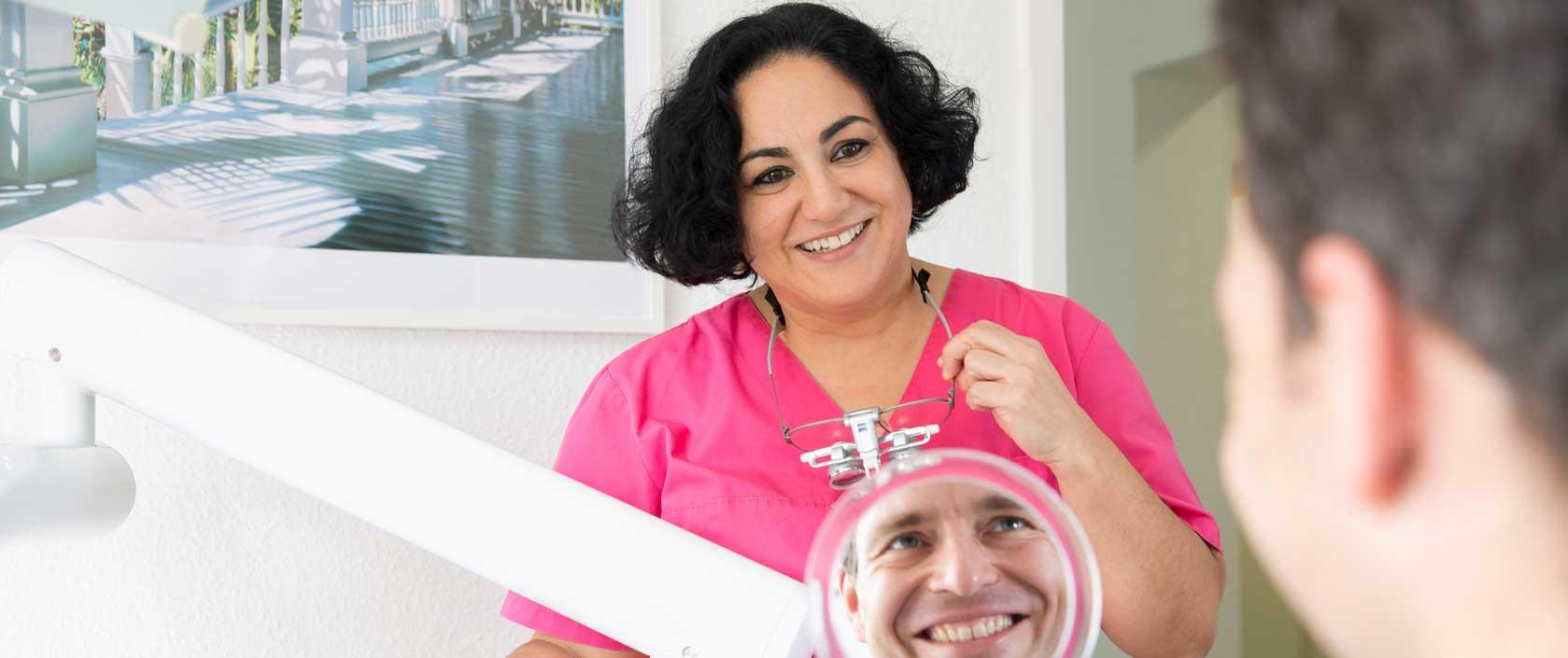 Zahnärztin im Gespräch mit einem Patienten